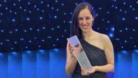 Elena Moral, directora de Ejecución de Proyectos de Talgo, recogiendo su premio en una gala en Londres.