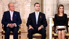 Juan Carlos junto a don Felipe y doña Letizia el día de su abdicación
