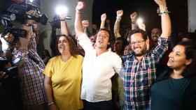 'Kichi' celebra junto a sus compañeros la victoria de Podemos en Cádiz