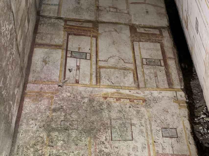 Pared de la Domus Aurea decorada con frescos que representan un edificio.