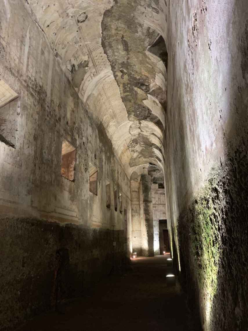Uno de los pasillos que marcaban el límite del palacio con el jardín.