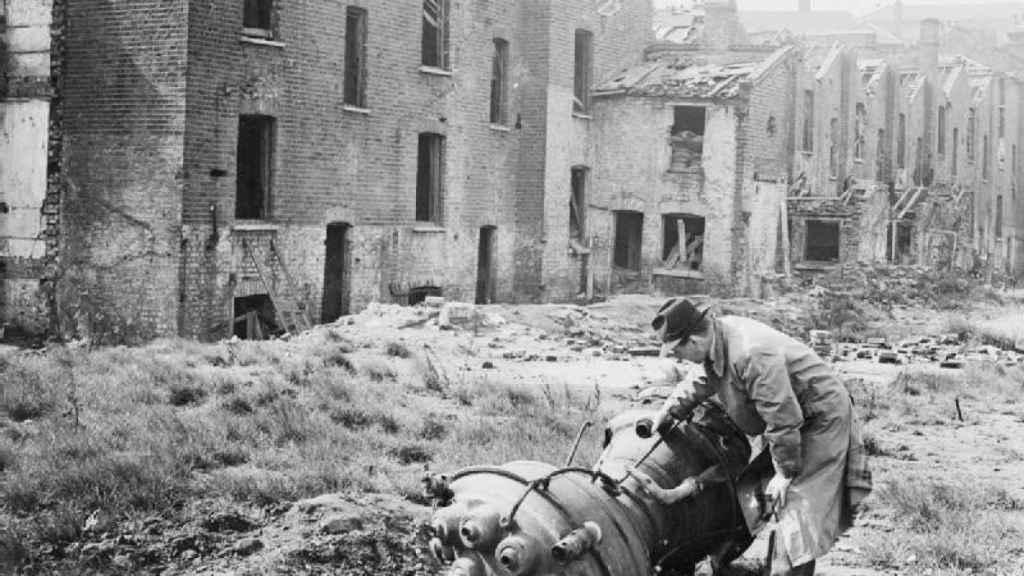 Un británico examina el motor de una V-2 tras una explosión cerca de Londres.  Imperial War Museum / Wikimedia Commos