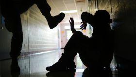 Un joven siendo acosado en un instituto.