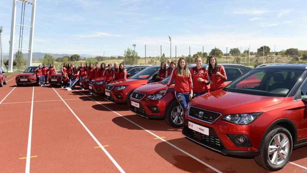 Las jugadoras de la Selección Española Femenina de Fútbol, junto a los SEAT en el acto celebrado en la Ciudad del Fútbol de Las Rozas