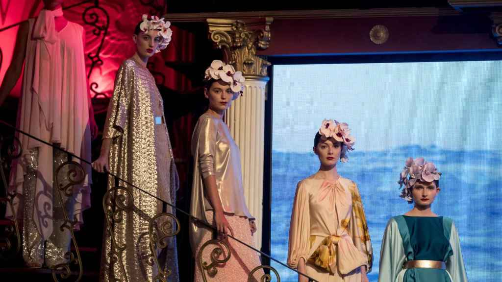 Modelos desfilando para la marca Juan Duyos.