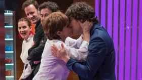 Anabel Alonso besando a Jordi Cruz en 'MasterChef'.