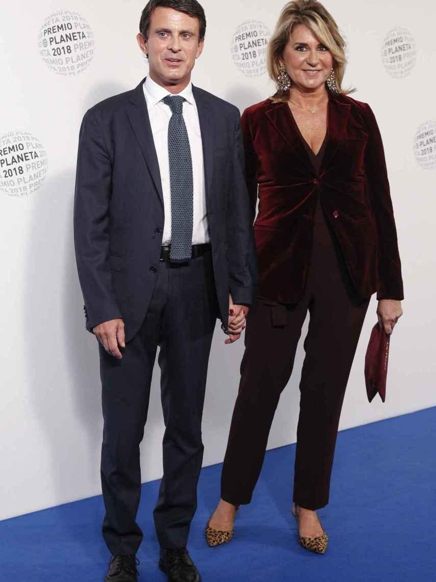 Manuel Valls y Susana Gallardo en el 'photocall' de los Premios Planeta posando de la mano.