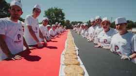 223 metros de tortillas de patata para batir el récord Guinness en Getafe