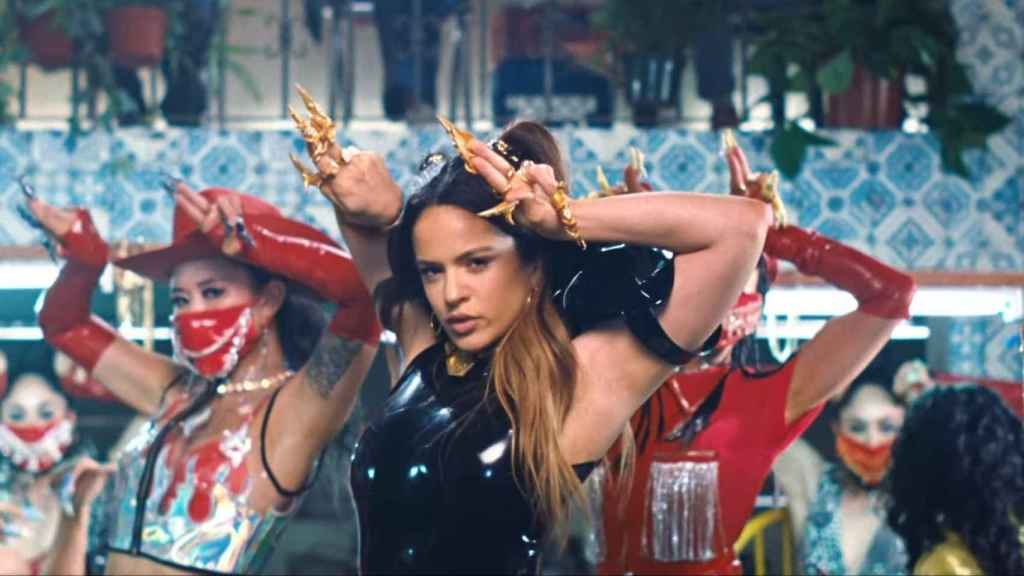 Fotograma del nuevo videoclip de Rosalía, Aute cuture.