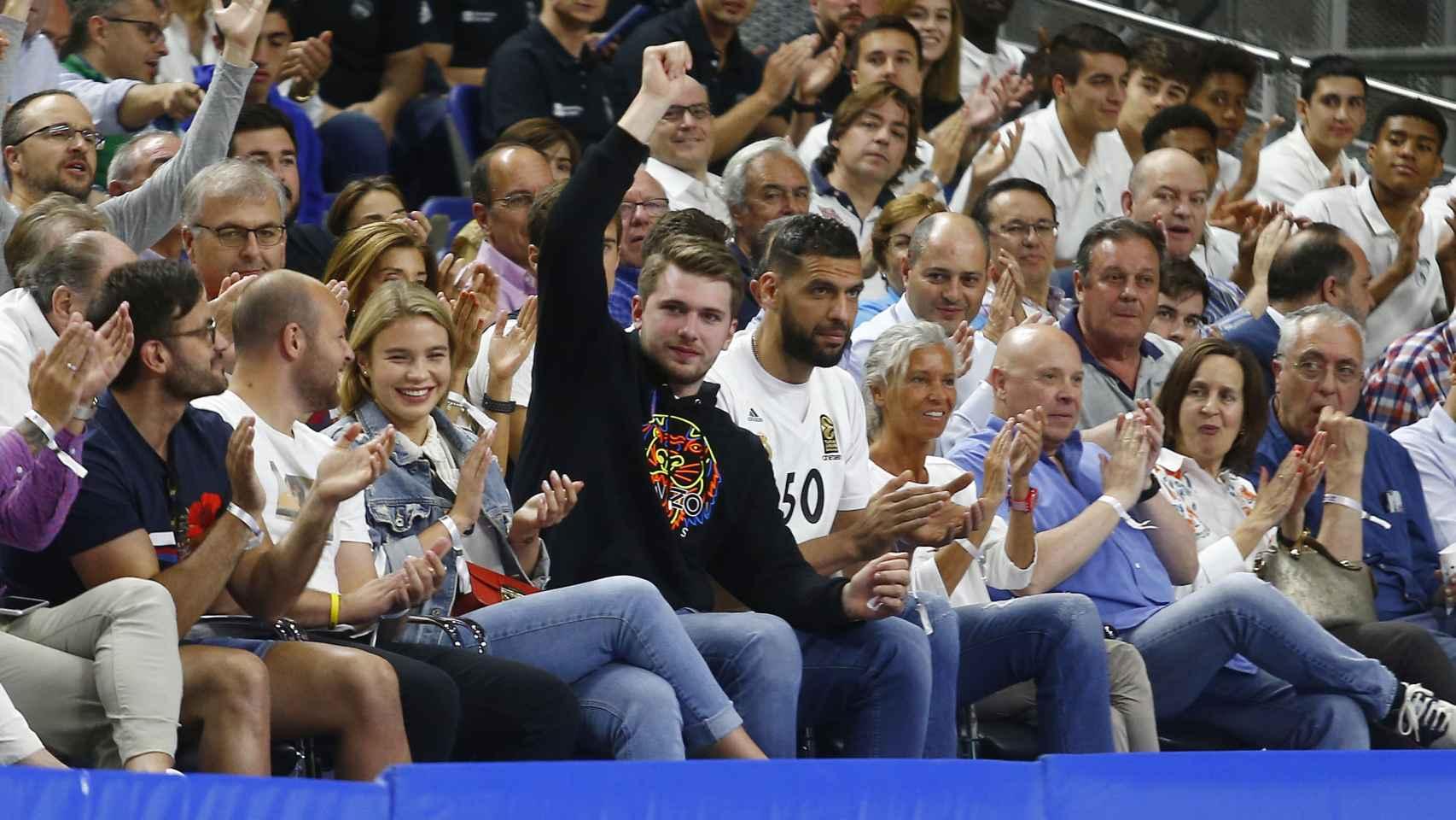 Doncic y Mejri en el WiZink Center viendo el Real Madrid - Baxi Manresa