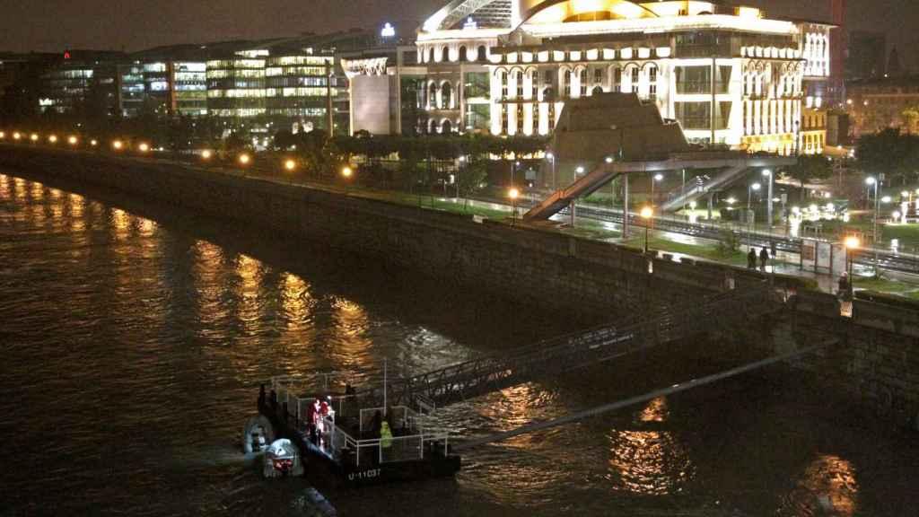 Un bote de rescate en el Danubio tras el naufragio.