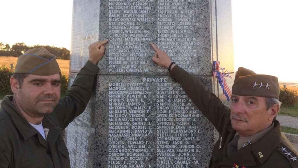 Dos miembros de la Asociación The Royal Green Jackets señalan el nombre de Manuel Otero en el memorial de Normandía.