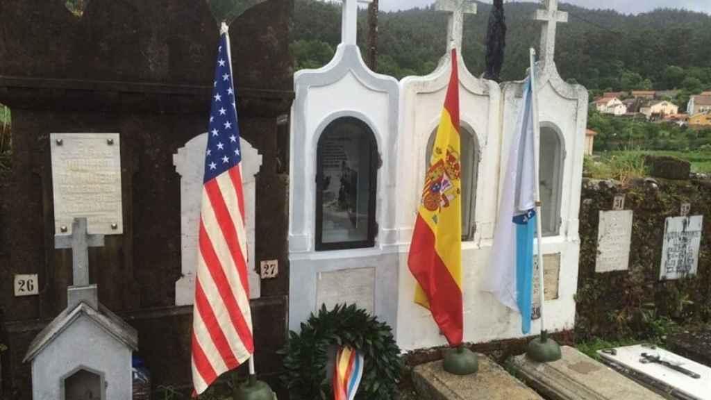Tumba de Manuel Otero en el cementerio de Serra de Outes.