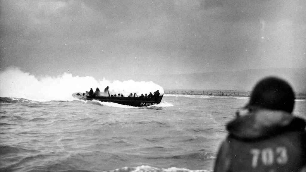 Una lancha LCVP, antes de desembarcar en la playa de Omaha.