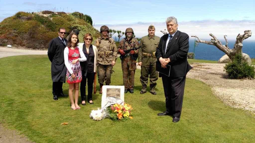 Manuel Arenas (d) y otros miembros de The Royal Green Jackets, durante un homenaje al soldado gallego en Normandía.