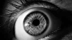 Las pestañas largas resaltan el color de ojos y hacen la mirada más penetrante