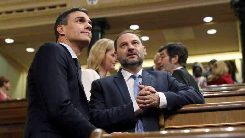 El presidente del Gobierno, Pedro Sánchez, y el exministro José Luis Ábalos, en el Congreso.