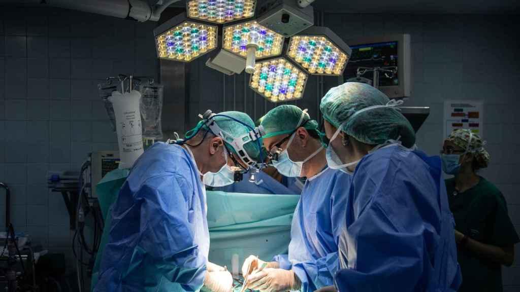 Cirujanos del Virgen del Rocío durante una operación cardiológica infantil.