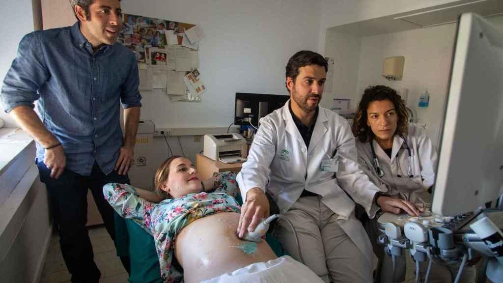 María Guzmán, embarazada de 24 semanas, y su pareja Carlos Villar, durante una eco fetal para descartar cardiopatías en el Hospital Virgen del Rocío.