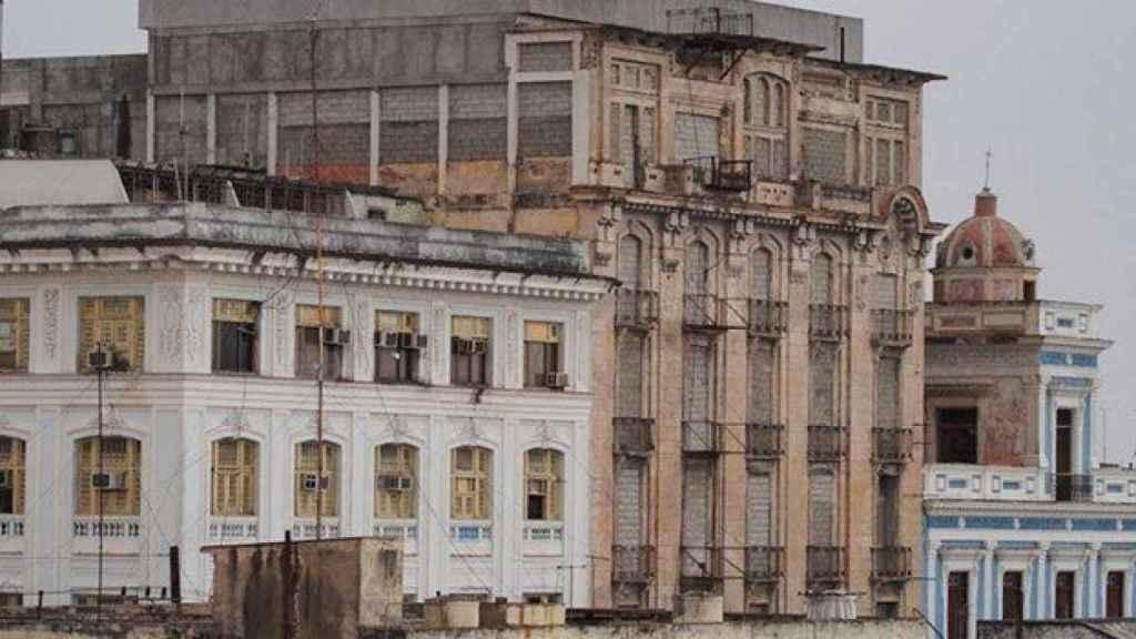 Imagen antigua del Hotel San Carlos, en un estado defectuoso.