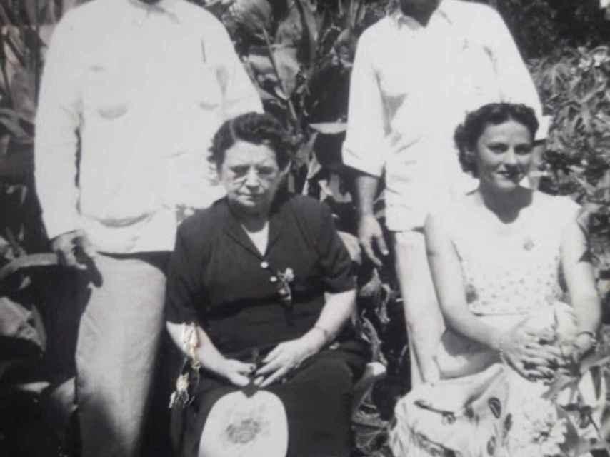 Antonio Mata y Alvarez, Antonio Alberto Mata y su madre, Francisca Suárez Rodríguez.