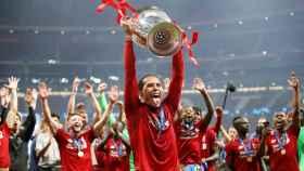 Van Dijk levanta 'La Orejona' tras la victoria del Liverpool ante el Tottenham en la final de la Champions League 2018/2019