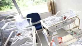 Bebés en un hospital. Foto de archivo.