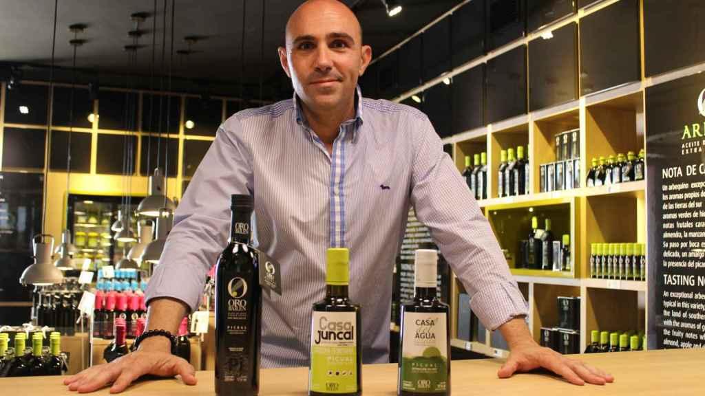 El gerente de Oro Bailén posa con las tres modalidades de producto que ofrecen.