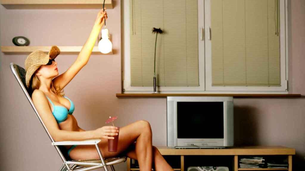 Una modelo posando en un domicilio.