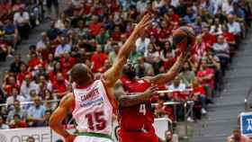 Bo McCalebb intenta una bandeja ante Jayson Granger. Foto: Twitter (@BasketZaragoza)