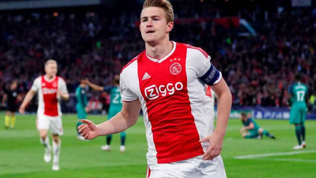 De Ligt celebra un gol con el Ajax
