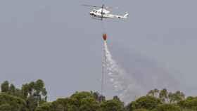 Un helicóptero realiza labores de extinción en Beas (Huelva)