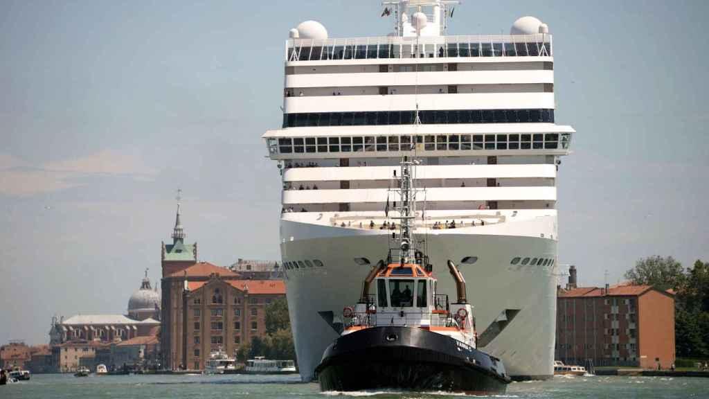 Crucero que ha colisionado con un barco en Venecia