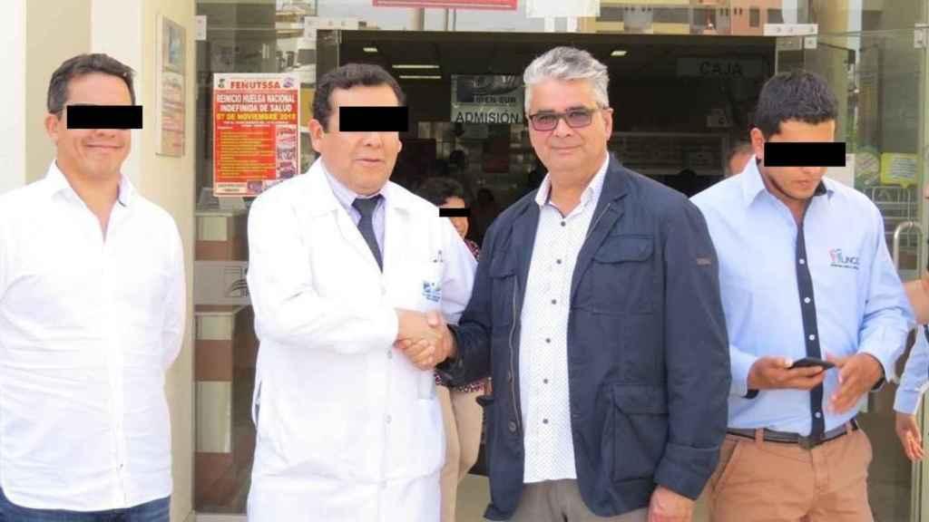 Roberto, en el centro de la imagen, frente a un centro sanitario.