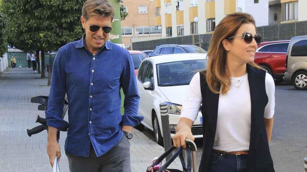 Manuel Díaz 'El Cordobés' junto a su mujer antes de la operación.