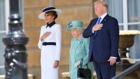 La reina Isabel II recibe a Donald y a Melania Trump en Buckingham.