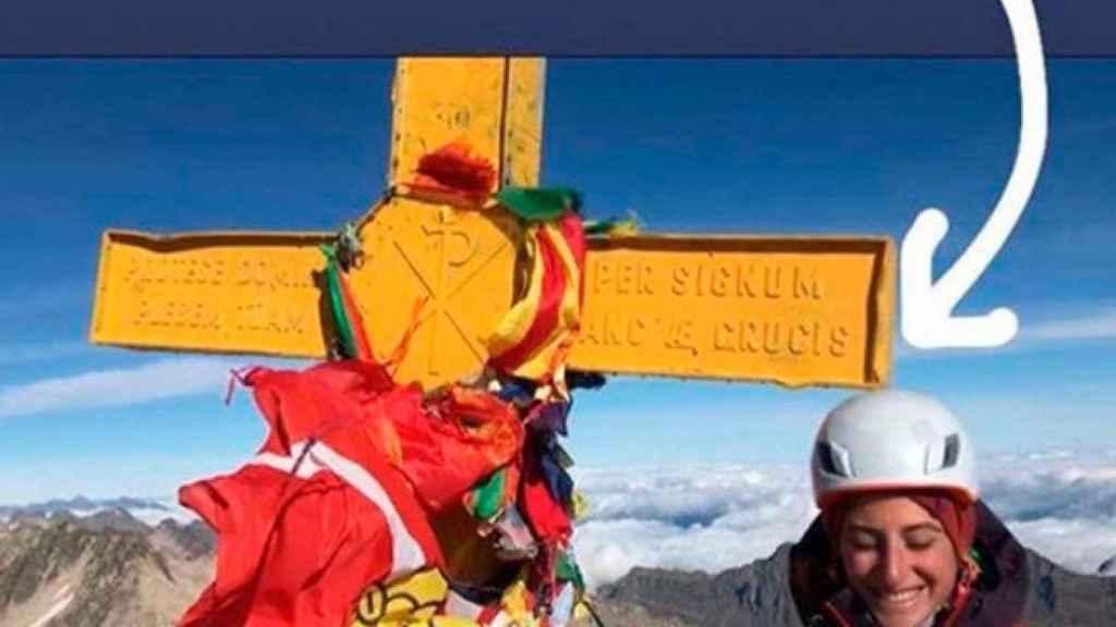 Fotos difundidas por los dos jóvenes catalanes con la cruz amarilla del Aneto.