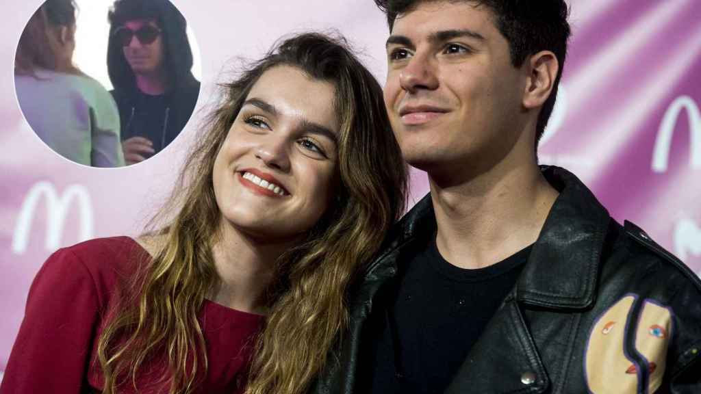 Amaia y Alfred en un acto público junto a la imagen de su reencuentro.