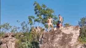 Diego Costa se juega el físico al saltar desde un barranco a más de diez metros