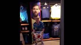 Varios hinchas del Liverpool se mofaron de Messi y Coutinho en una tienda oficial