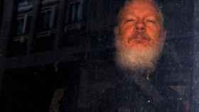 Julian Assange, fundador de Wikileaks, en un furgón policial en Londres.