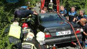 El coche de la joven, se precipitó por una cuesta, la arrolló e impactó contra el talud. Foto: Policía Municipal.