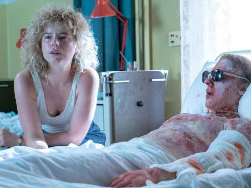 Lyudmilla Ignatenko (Jessie Buckley) y su marido moribundo, el bombero Vasily (Adam Nagaitis).