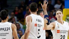 Piña de jugadores del Real Madrid de Baloncesto