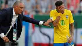 Neymar y Tite durante un partido.