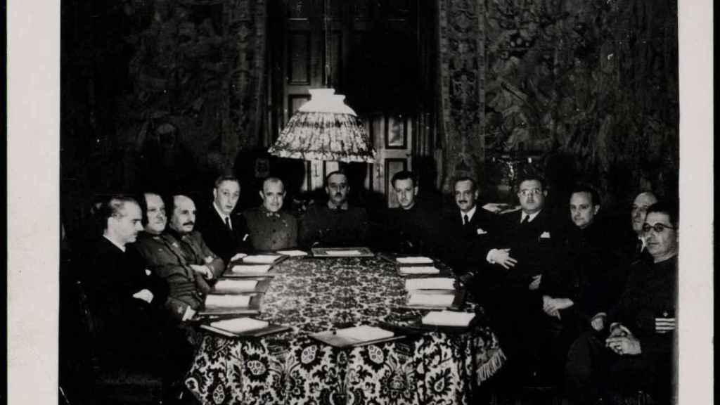 Primer Consejo de Ministros del Gobierno de Franco en Burgos en 1938.