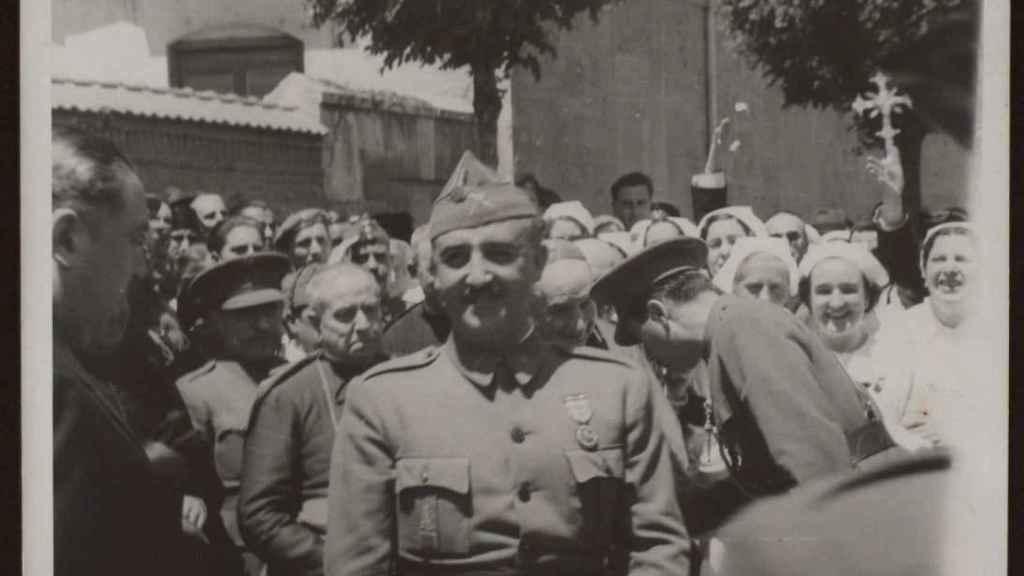 Franco, en el funeral del general Mola en 1937.