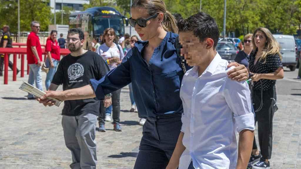Ana López y su hijo, José Antonio Reyes Jr. a su llegada al Estadio Ramón Sánchez-Pizjuán el pasado domingo.