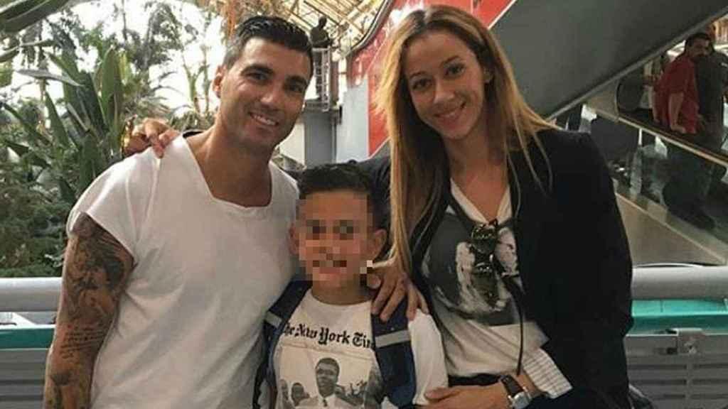 José Antonio Reyes, Ana López y su hijo en la estación de Atocha.