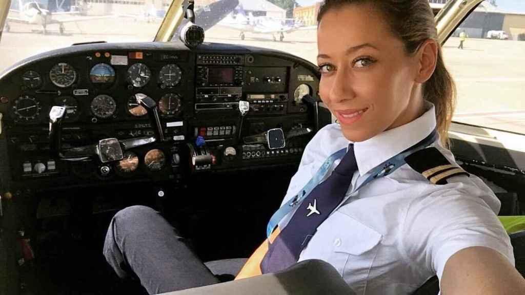 Ana López, a punto de pilotar un avión.